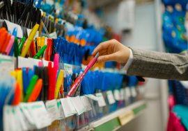 V úterý se otevřou papírnictví a některé obchody. Vláda požádá o prodloužení nouzového stavu